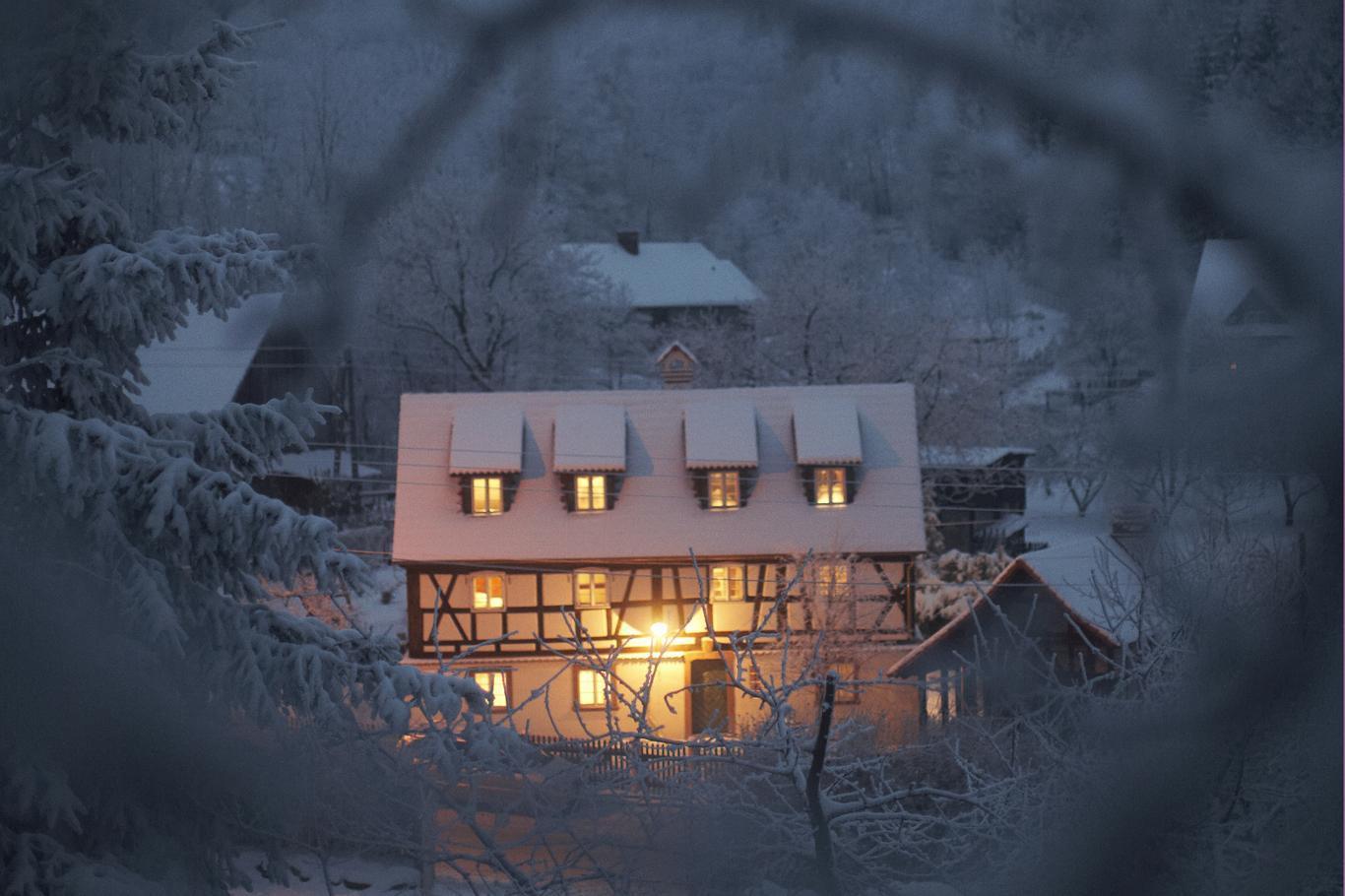 Tonący w śniegu Tkacz. Naprzeciw Domu Tkacza znajduje się parkin